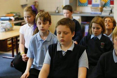 chicos meditando